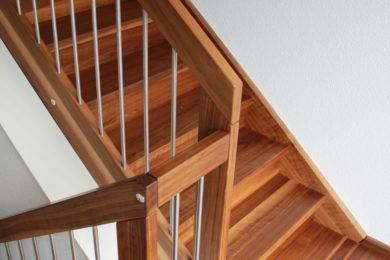 grobe Holztreppenstufe - Holzbau - Holzhaus - Holzsystembau - PM Mangold
