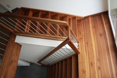 rote Holztreppenstufe - Holzbau - Holzhaus - Holzsystembau - PM Mangold0