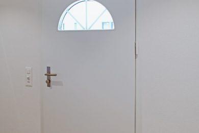 DiMatteo_Ormalingen_Holzhaus_Schwedenhaus_Landhaus_Holzschalung_rot_Satteldach_Fenstersprossen_American_Dream_Haus_009