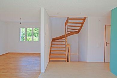 DiMatteo_Ormalingen_Holzhaus_Schwedenhaus_Landhaus_Holzschalung_rot_Satteldach_Fenstersprossen_American_Dream_Haus_014