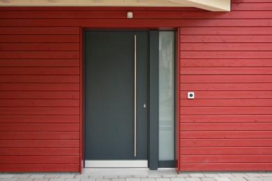 rote Aussenwand mit Holz - Holzbau - Holzhaus - Holzsystembau - PM Mangold