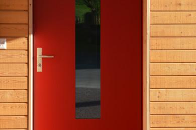 rote Aussentüre mit Holz - Holzbau - Holzhaus - Holzsystembau - PM Mangold
