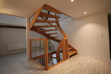 Holztreppe mit Holzbalken - Holzbau - Holzhaus - Holzsystembau - PM Mangold
