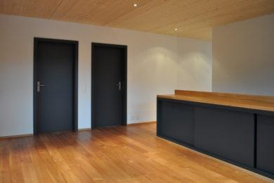 dunkle Aussentür mit Holz - Holzbau - Holzhaus - Holzsystembau - PM Mangold