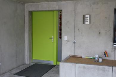 grüne Aussentüre aus Holz - Holzbau - Holzhaus - Holzsystembau - PM Mangold