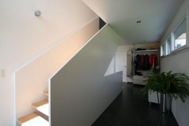 weisse Modultreppe aus Holz - Holzbau - Holzhaus - Holzsystembau - PM Mangold