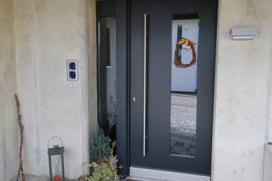 graue Aussentüre aus Holz - Holzbau - Holzhaus - Holzsystembau - PM Mangold