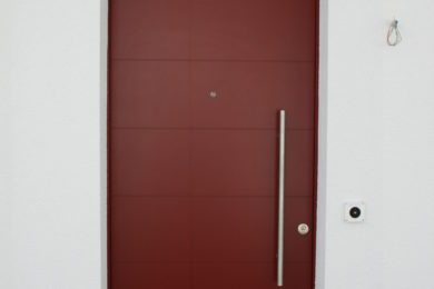 rote Aussentüre aus Holz - Holzbau - Holzhaus - Holzsystembau - PM Mangold