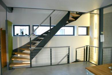 Holztreppe eckig und grün - Holzbau - Holzhaus - Holzsystembau - PM Mangold