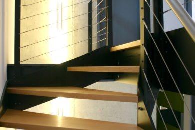 grüne Holztreppe - Holzbau - Holzhaus - Holzsystembau - PM Mangold