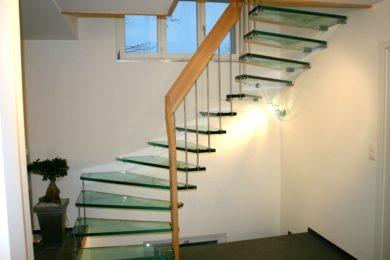 Glastreppe mit Holzgeländer - Holzbau - Holzhaus - Holzsystembau - PM Mangold