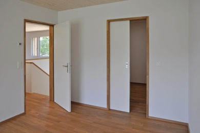 brauner Aussentürrahmen aus Holz - Holzbau - Holzhaus - Holzsystembau - PM Mangold
