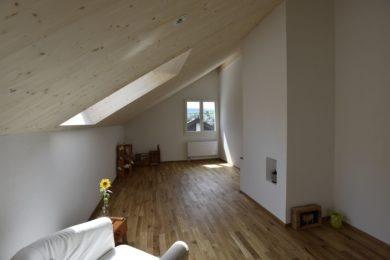 Wanner_Lampenberg_Aufstockung_Holzbau_Elementbau_Umbau_Dachfenster_Holzfassade_Bruestungswangentreppe_Eichenparkett0010