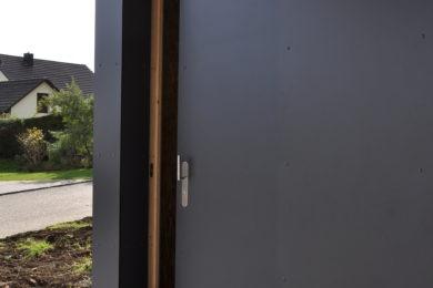 dunkle Holzwand - Holzbau - Holzhaus - Holzsystembau - PM Mangold